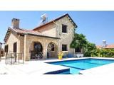 Karşıyaka'da Harika Dağ ve Deniz manzaralı Otantik Villa satılıktır.